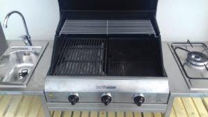 Cucina barbecue con griglia