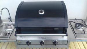 Cucina con barbecue da esterno